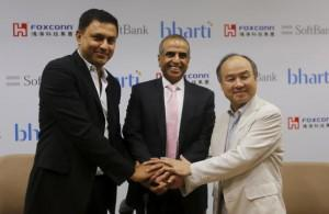 Masayoshi Son (R), founder and chief executive officer of Japan's SoftBank Corp., Nikesh Arora (L), president of Japan's SoftBank Corp. and Sunil Bharti Mittal, chairman of Bharti Enterprises, shake hands before the start of a news conference in New Delhi, India, June 22, 2015. REUTERS/Adnan Abidi